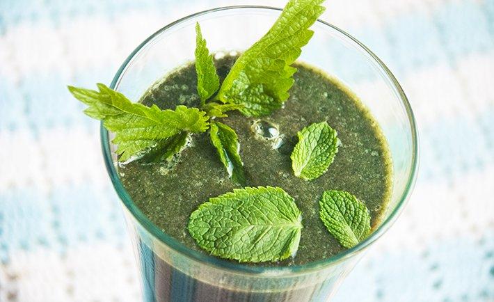 Крапивно-мятный зеленый коктейль